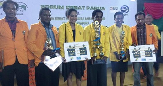 Dominkus Dondegauw (paling kiri) dan Selvy Yeimo (kedua dari kanan) saat foto bersama usai menerima piala dan tabungan dalam Forum Debat Papua (Foto: Wirya Supriyadi)