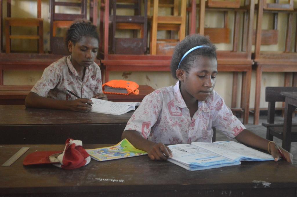 Siswa Kelas VI SD Inpres Kwini sedang menyimak pelajaran yang disampaikan oleh guru mereka ( Foto Harun Rumbarar / JERAT Papua)