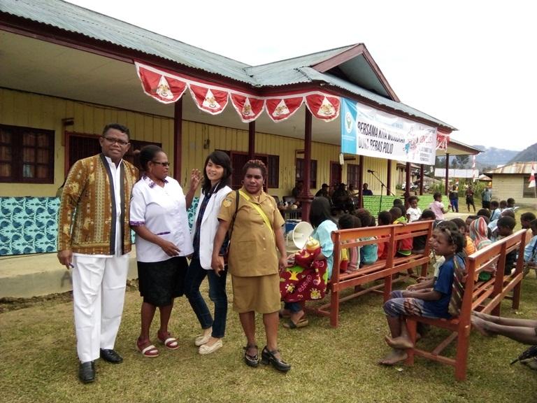 Sejumlah tenaga medis saat foto bersama di depan Puskesmas Ilaga. Caption foto : Eveerth Joumilena (Jerat Papua)