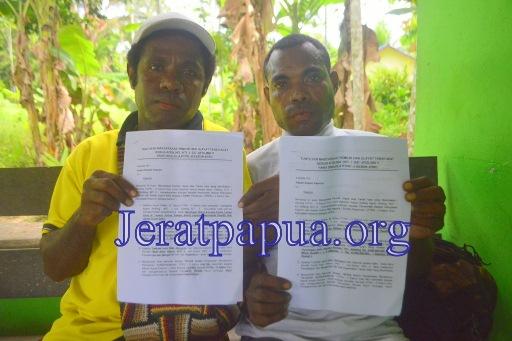 Emil Fatahur seorang Pemilik Hak Ulayat dari Kampung Workwana didampingi seorang Pos Kontak Elsham Papua Keerom sedang memperlihatkan surat tuntutan. (Foto: Harun Rumbarar/JERAT Papua)