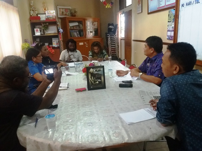 Tim Audiensi saat menyampaikan  briefing paper kepada Bintong Nainggolan,  Sekretaris KPA Kota Jayapura, pada 31 Maret 2016 di Kantor KPA Kota Jayapura