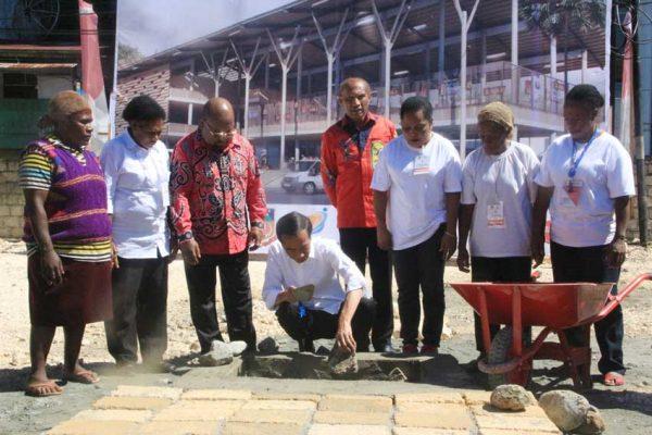 Presiden Jokowi Didampingi Gubernur Papua Lukas Enembe, Wali Kota Jayapura Benhur Tomi Mano Dan Perwakilan Mama Mama Papua Meletakan Batu Pertama Pembangunan Pasar – Jubi/Alex