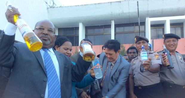 Gubernur Papua Lukas Enembe saat memperlihatkan salah satu miras yang masuk ke Papua. (KabarPapua.co/Lazore)