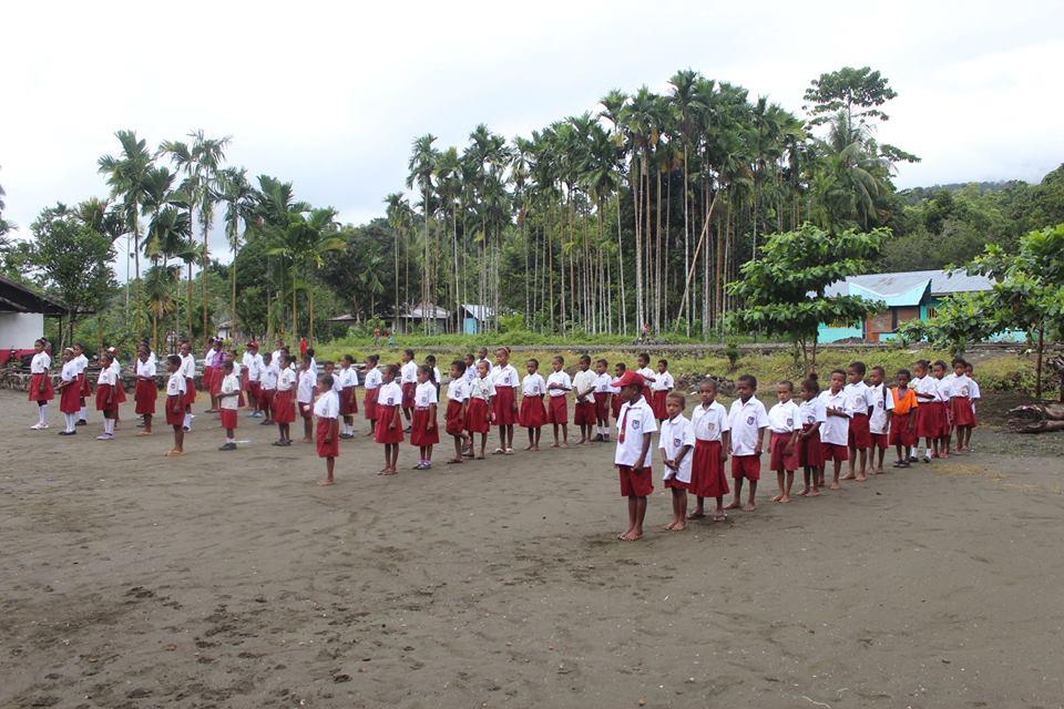 siswa kelas 1 SD YPK Sambrawai
