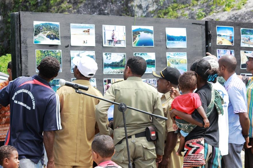 Masyarakat Kampung Sarawandori, saat beramai-ramai menyaksikan pameran foto (foto; Theys Wopi/MP)