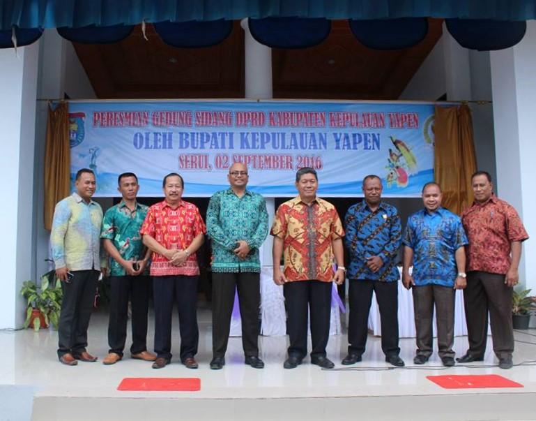 Foto Bersama Bupati, Anggota DPRD dan Tamu Jabatan saat Peresmian Gedung DPRD Kab.Kepulauan Yapen