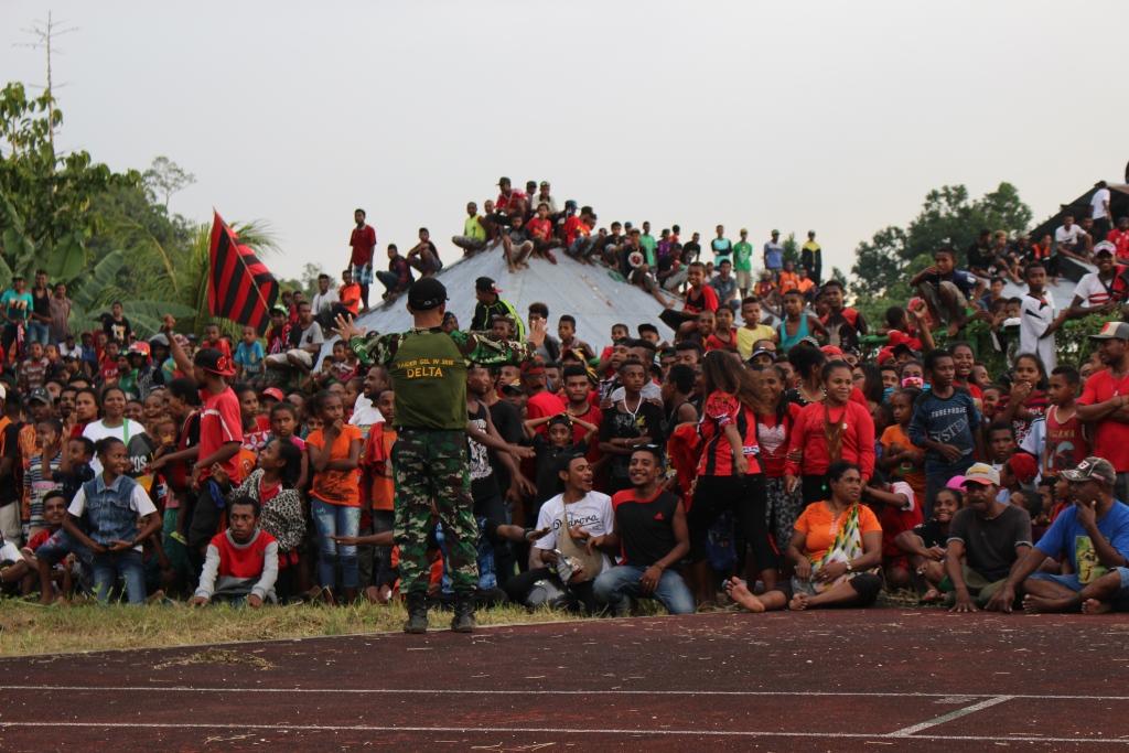 Ribuan Masyarakat Pecinta Perseru dan Persipura Memadati Stadion Marora Serui (foto : Mark Imbiri)