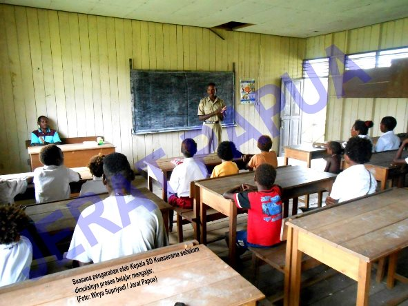 Suasana pengarahan oleh Kepala SD Kwaserama sebelum dimulainya proses belajar mengajar. (Foto: Wirya Supriyadi / Jerat Papua)
