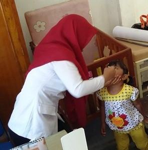 Seorang Balita sedang mendapatkan imunisasi oleh Suster Puteri di Pos PIN Kelurahan Asano Distrik Abepura, Kota Jayapura. (Foto: Wirya Supriyadi / JERAT Papua)