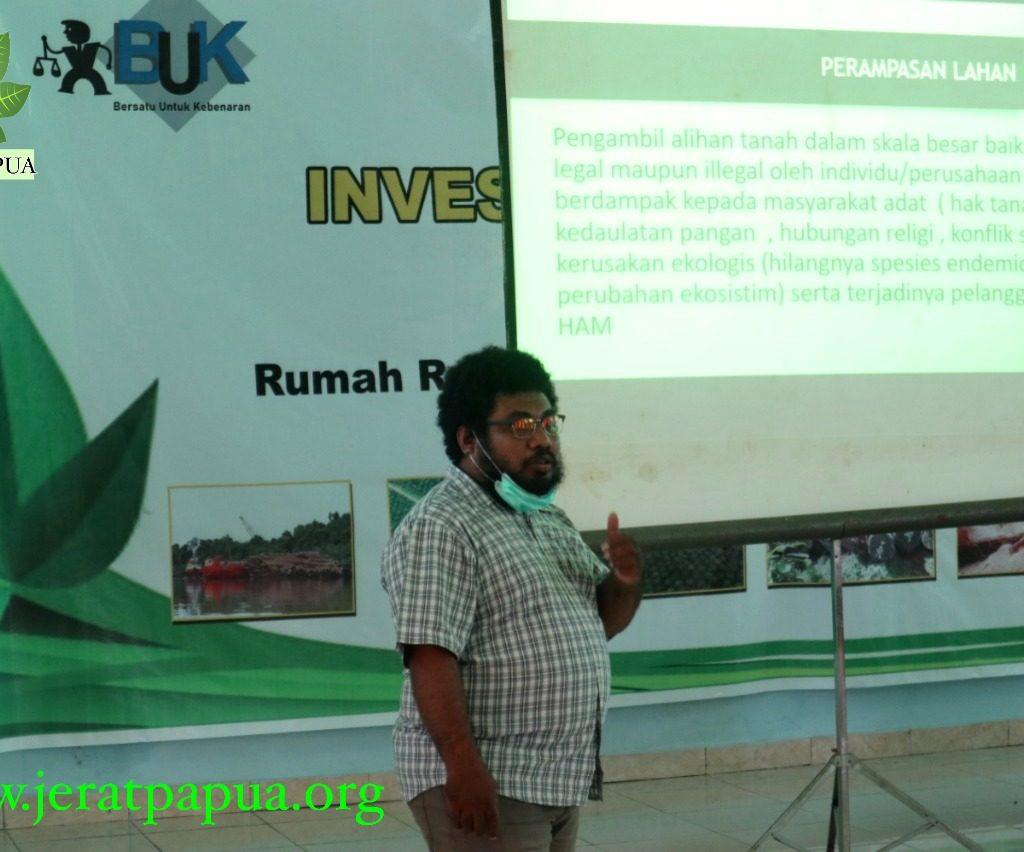 Ronald Manufandu Bagian Advokasi Jerat Papua saat memaparkan materi pada Kegiatan Temuan Korban Investasi dan Penyintas HAM di Tanah Papua ( foto : Nesta Makuba , Jerat Papua )