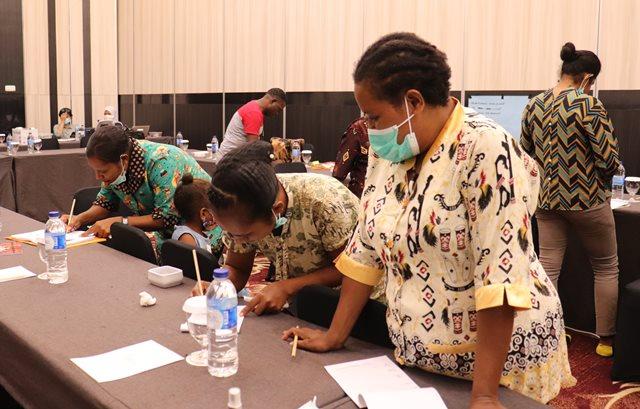 Pelatihan Penyusunan Modul Sekolah Kampung Berbasis Budaya dan Lingkungan oleh Jerat Papua Bekerja sama dengan Balai Pendidikan Anak usia Dini Provinsi Papua (Foto Nesta /Jeratpapua.org)