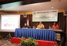 Secretarys Eksekutif Jerat Papua Septer Manufandu kiri, Kepala Bidang Perencanaan dan Pengembangan Kawasan Bapeda Provinsi Papua Edison Howay (tengah ) Foto : Nesta Jerat Papua