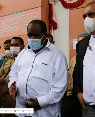 Bupati Sorong Jhony Kamuru (kanan) di Damping Tim Kuasa Hukum Pieter Ell (kiri ), Foto : harun/ jeratpapua.org