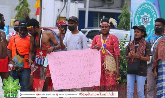 Forum Peduli Masyarakat Adat saat menggelar Aksi Unjuk Rasa di PTUN Jayapura ,foto : harun/ jeratpapua.org