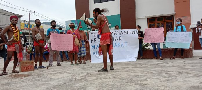 Forum Peduli Masyarakat Adat saat menggelar Aksi Unjuk Rasa di PTUN Jayapura , Foto : Nesta makuba /Jerat