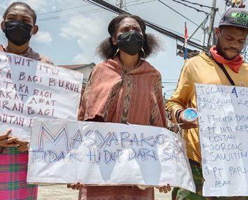 Mahasiswa Sorong Raya dari Forum Mahasiswa peduli Masyarakat Adat saat menggelar aksi di PTUN Jayapura, Foto : nesta/jeratpapua.org